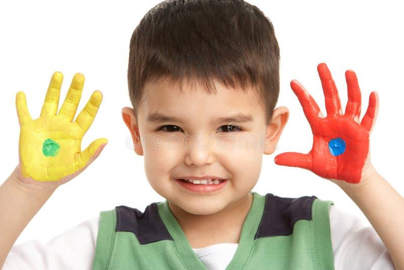 Verticale de studio de jeune garçon avec les mains peintes photo libre de droits
