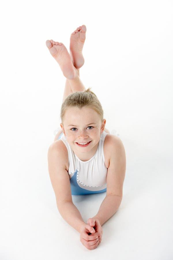 Verticale de studio de jeune gymnaste féminin photographie stock
