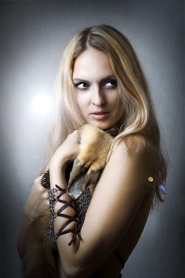 Verticale de studio de jeune modèle femelle sexy photo libre de droits