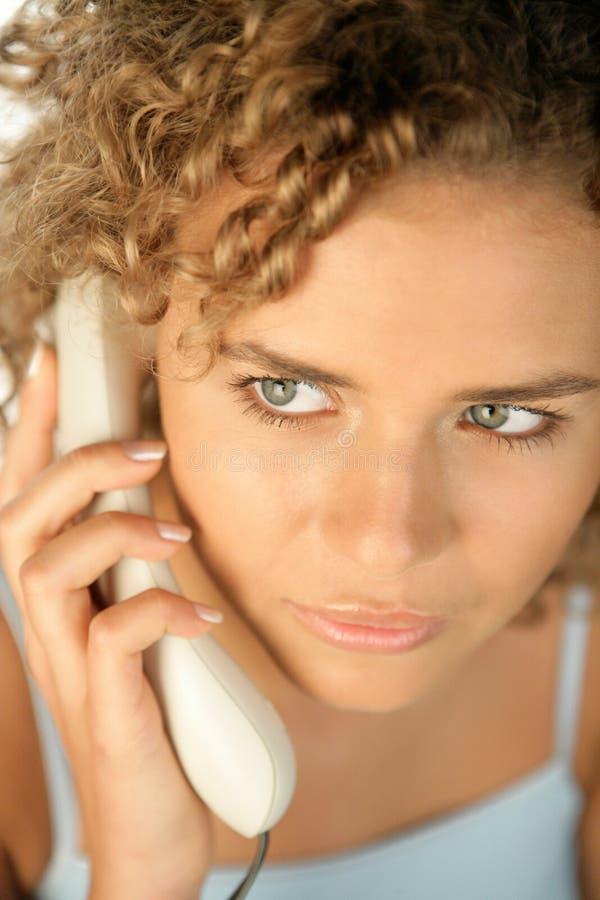 Verticale de téléphoner de jeune femme images libres de droits