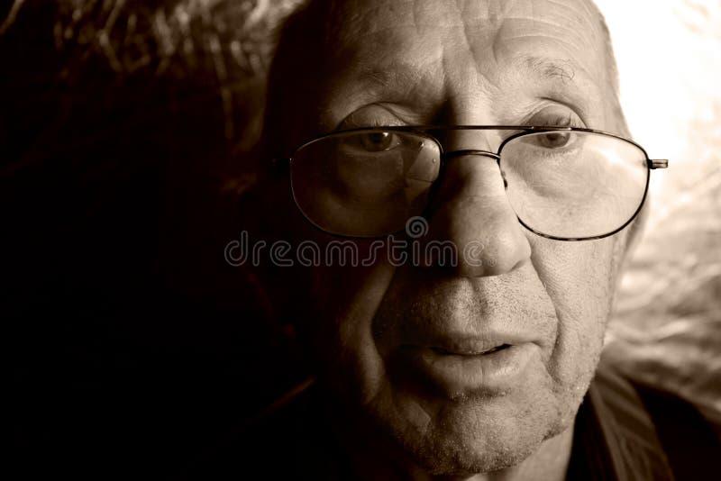 Verticale de vieil homme image libre de droits