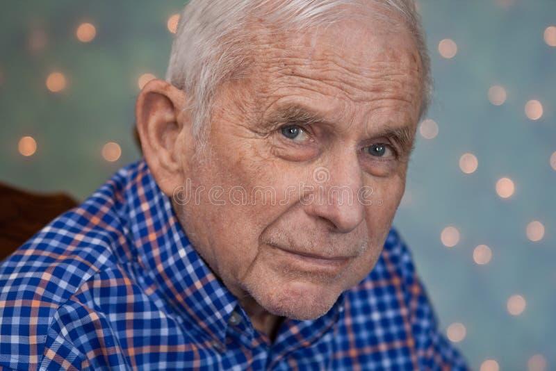 Verticale de vieil homme utilisant la chemise bleue lumineuse photographie stock libre de droits