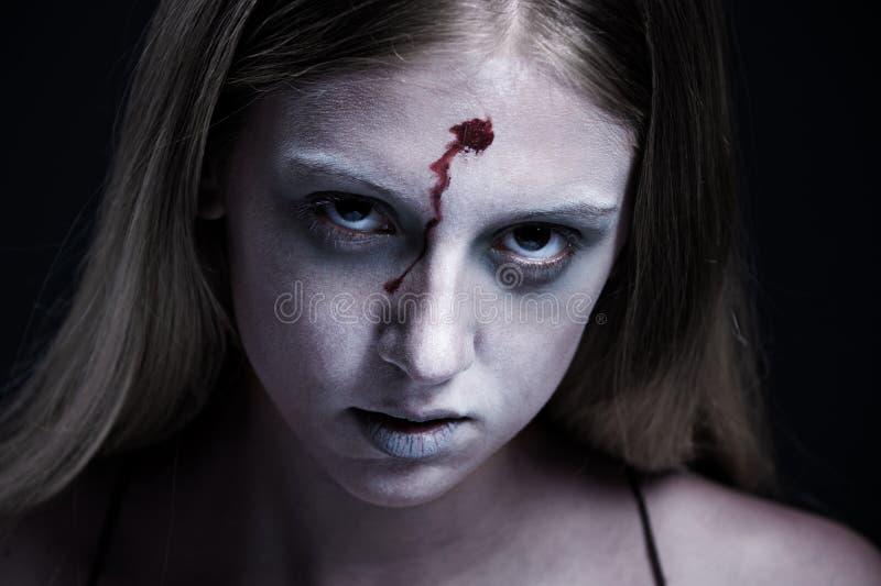 Verticale de zombi avec la blessure sur le front image stock