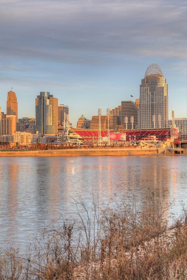 Verticale dell'orizzonte di Cincinnati con il fiume Ohio fotografie stock