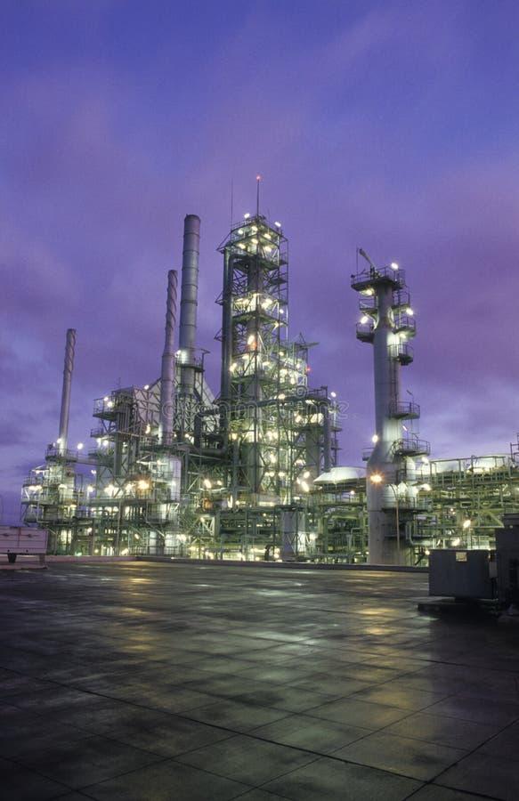 Verticale della raffineria di petrolio fotografia stock libera da diritti