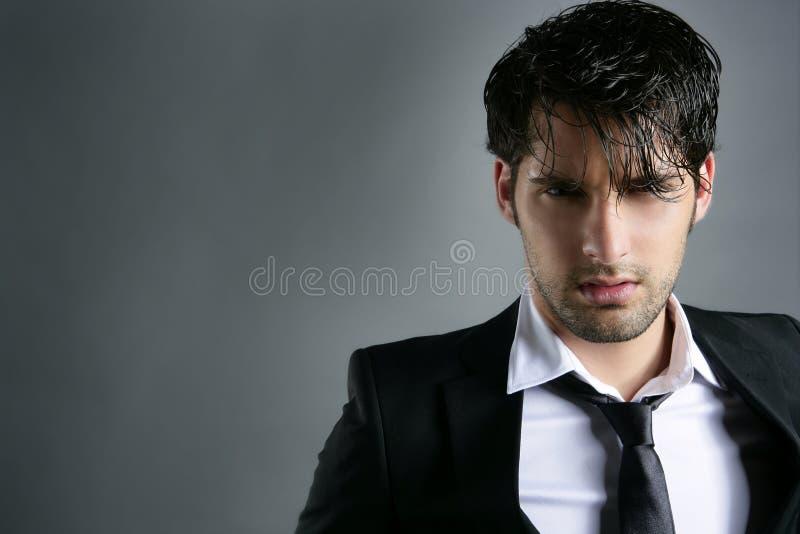 Verticale dernier cri de coiffure de jeune homme de procès de mode photos stock