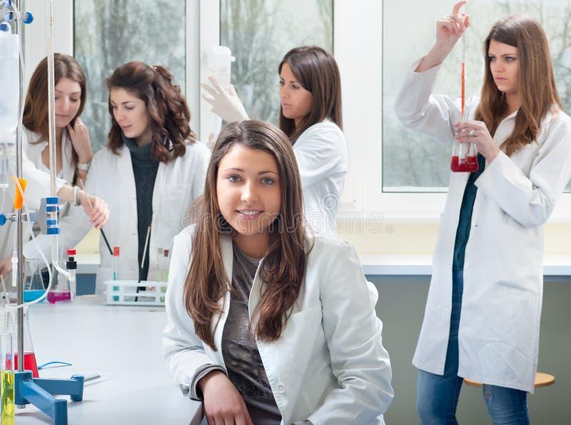 Verticale des étudiants en médecine images libres de droits
