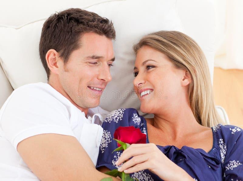 Verticale des amoureux détendant sur le sofa photographie stock