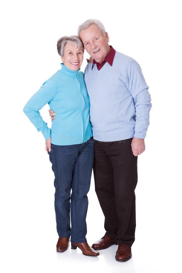 Verticale des couples aînés heureux photo stock