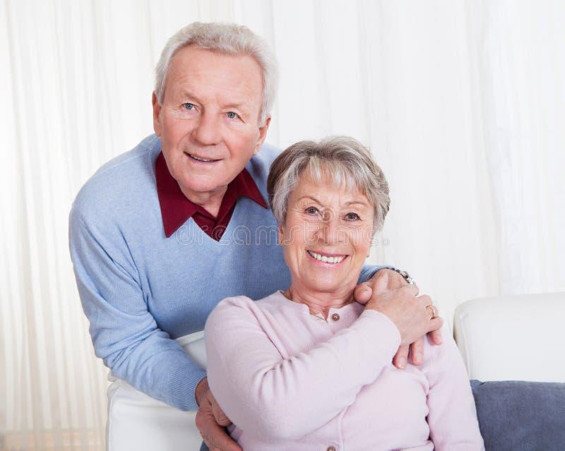 Verticale des couples aînés heureux images libres de droits