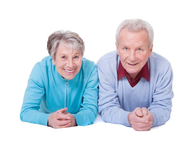Verticale des couples aînés heureux photos libres de droits