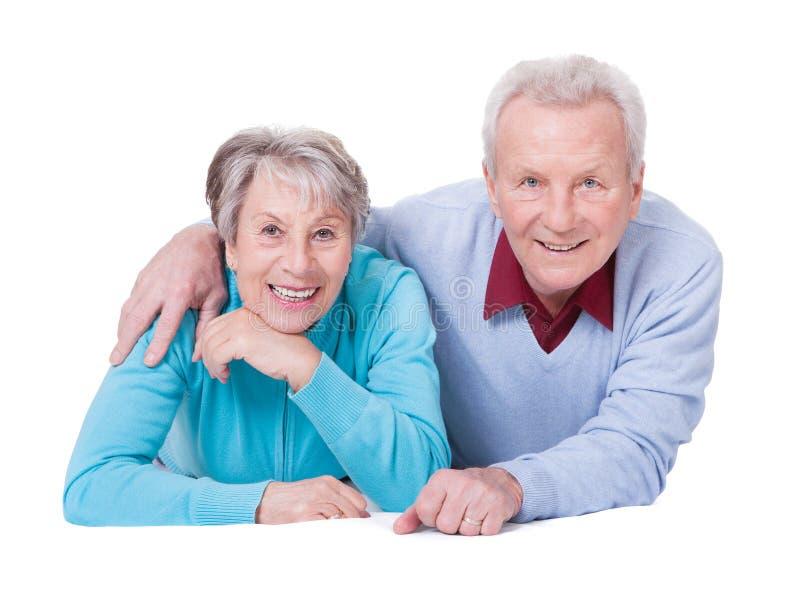 Verticale des couples aînés heureux photographie stock