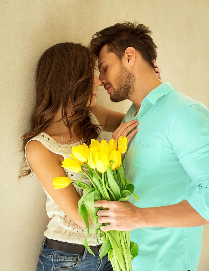 Verticale des couples de baiser images stock