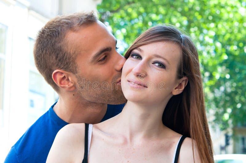 Verticale des couples de baiser de jeunes photo libre de droits