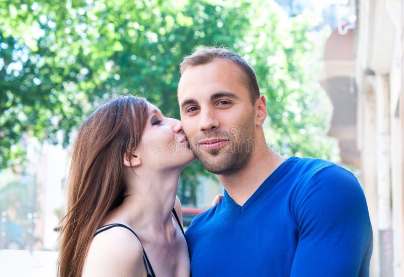 Verticale des couples de baiser de jeunes photographie stock libre de droits