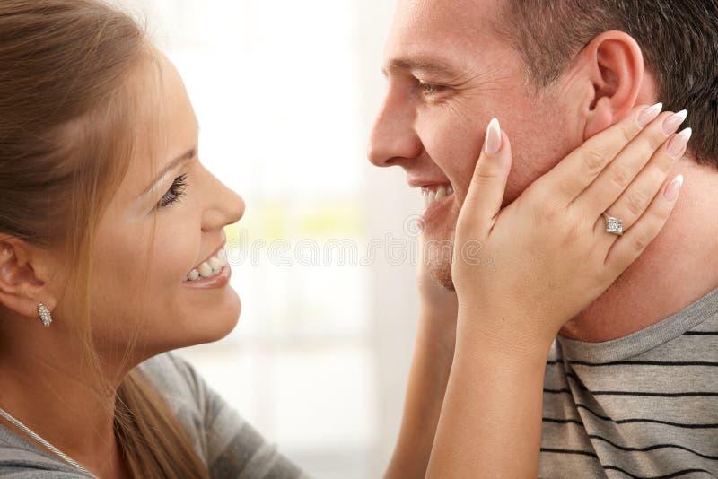 Verticale des couples de sourire photo libre de droits