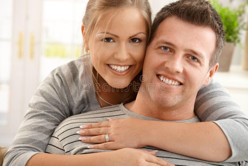 Verticale des couples heureux photo libre de droits