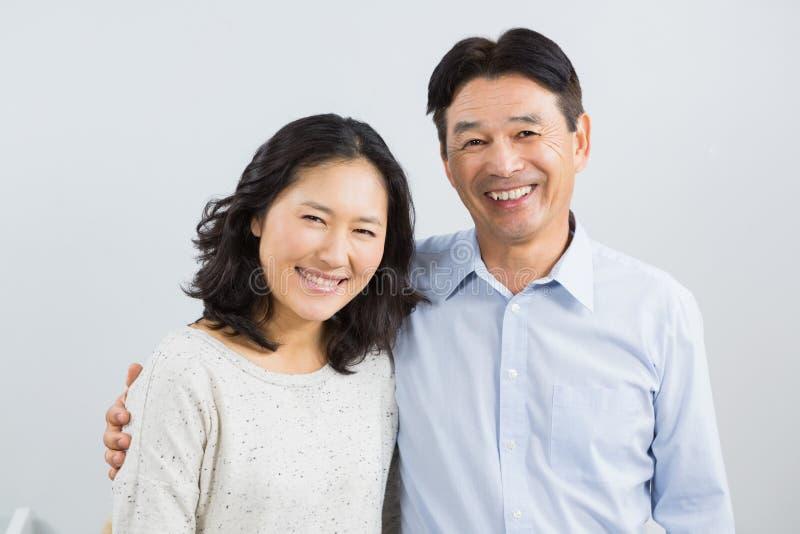 Verticale des couples heureux photographie stock