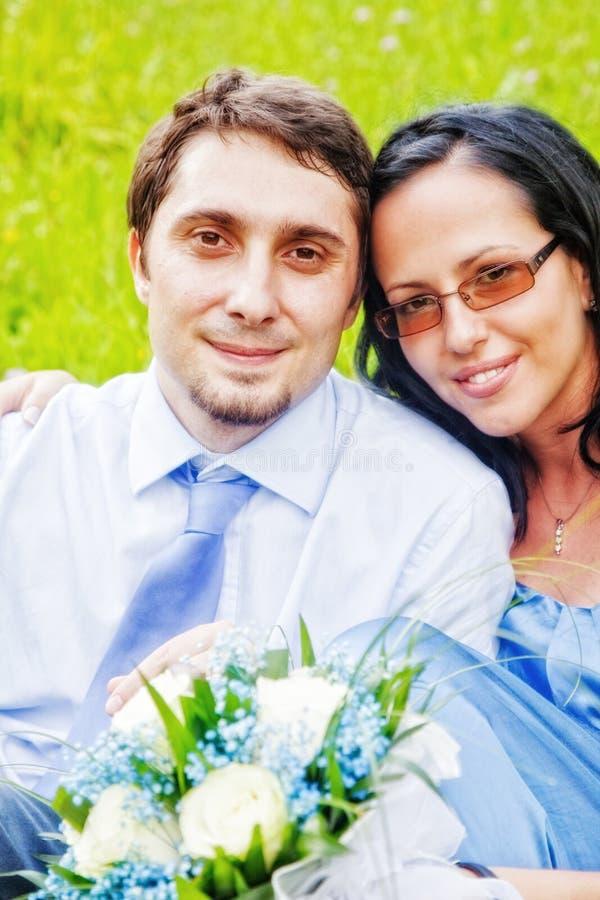 Verticale des couples insousiants heureux extérieurs photos libres de droits