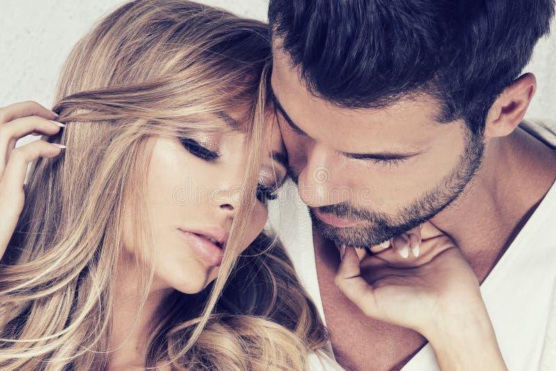 Verticale des couples sexy images libres de droits