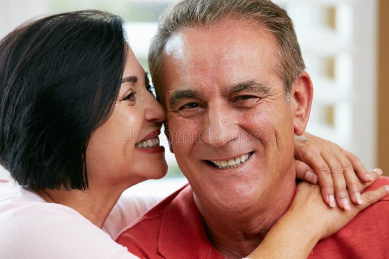 Verticale des couples supérieurs heureux à la maison photos stock