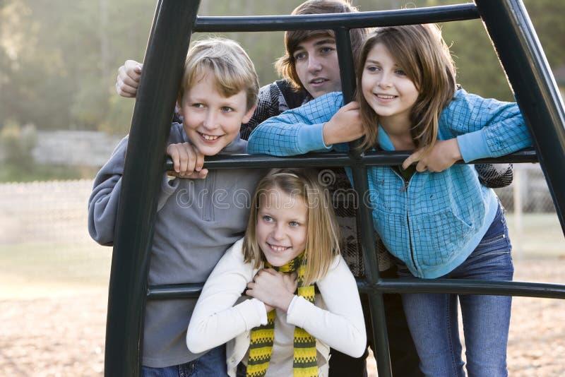 Verticale des enfants au stationnement photo libre de droits