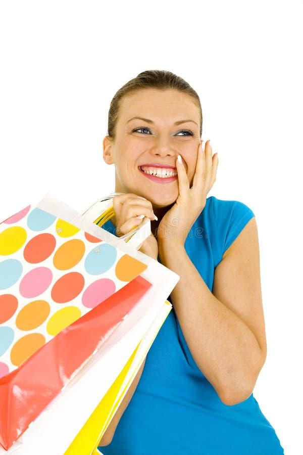 Verticale des sacs à provisions de fixation de jeune femme photo stock