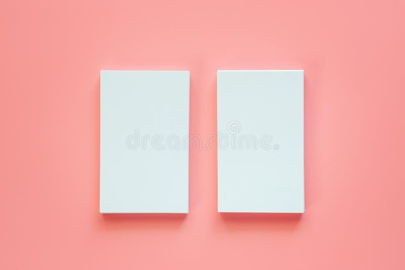 Verticale deux des cartes de visite professionnelle vierges de visite sur le fond rose photos libres de droits