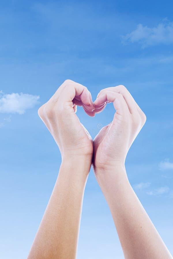 Verticale di gesto di amore della mano fotografia stock