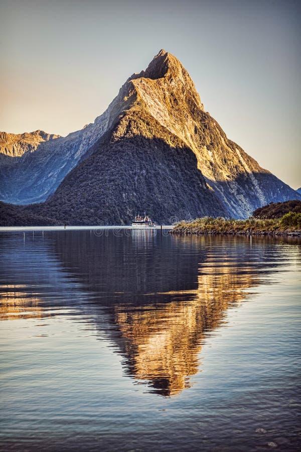Verticale di Milford Sound Nuova Zelanda ad alba fotografia stock