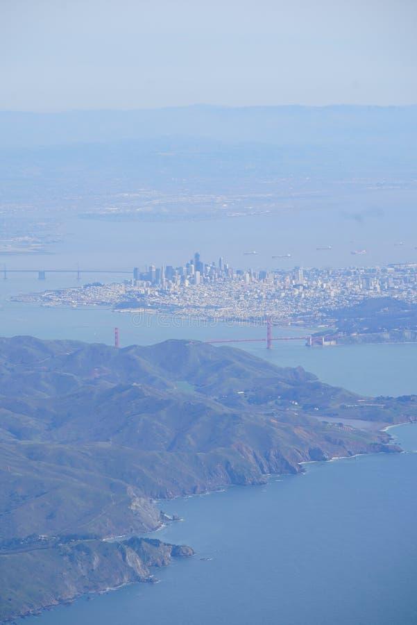 Verticale die ariel van San Fransisco met de berg en de stad wordt geschoten royalty-vrije stock afbeeldingen