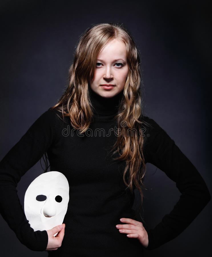 Verticale discrète d'une belle fille avec le masque photo libre de droits