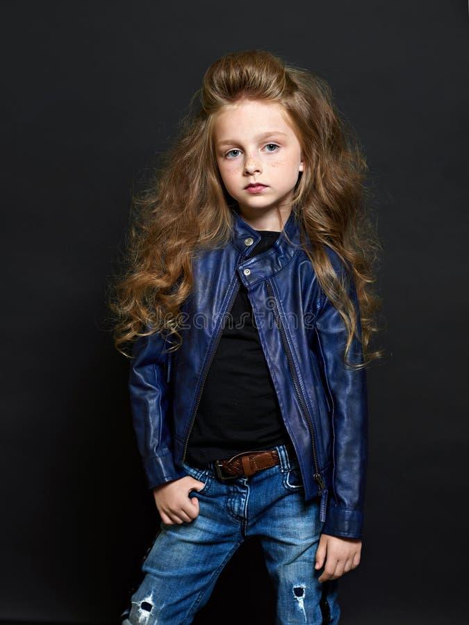 Verticale du bel enfant photographie stock libre de droits
