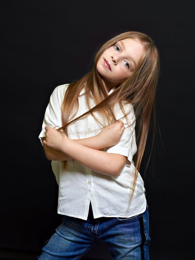Verticale du bel enfant photos libres de droits