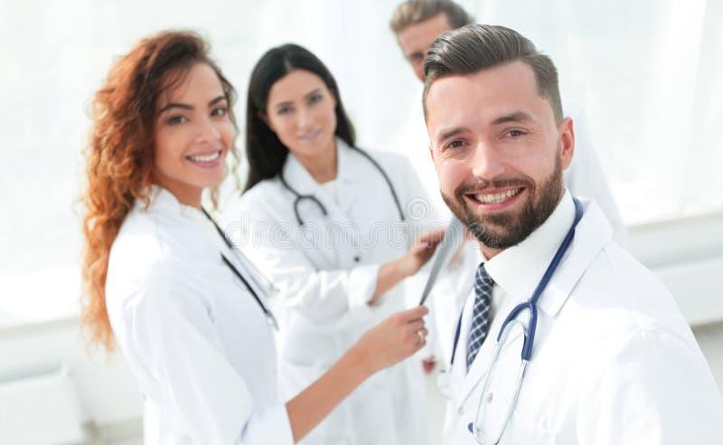 Verticale du docteur mâle âgé enseignant les étudiants en médecine photo stock