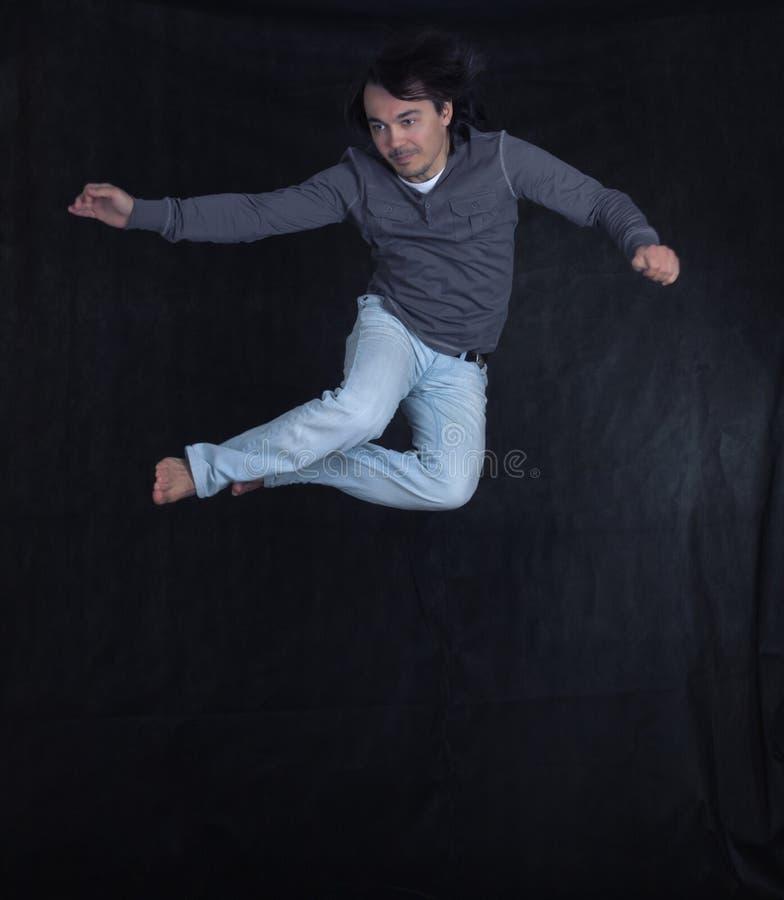 Verticale du jeune bel homme dans un saut images stock