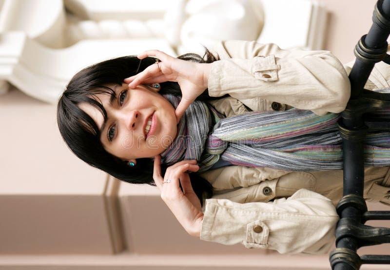 Verticale du jeune brunette dans une jupe légère photographie stock