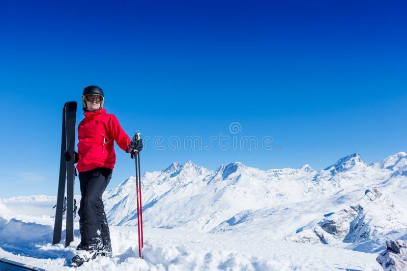 Verticale du skieur mâle image libre de droits