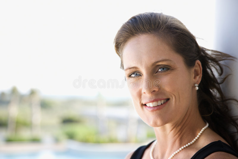 Verticale du sourire de femme. image stock