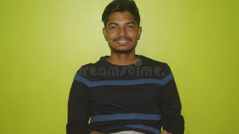 Verticale du sourire de jeune homme photographie stock