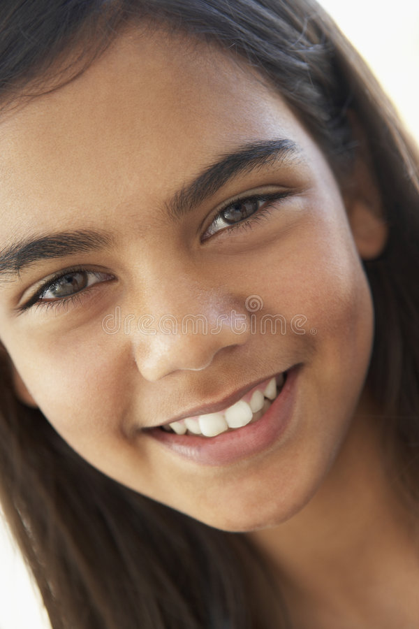 Verticale du sourire de la préadolescence de fille photographie stock libre de droits