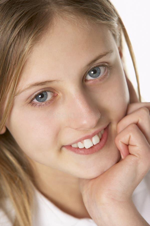 Verticale du sourire de la préadolescence de fille images libres de droits