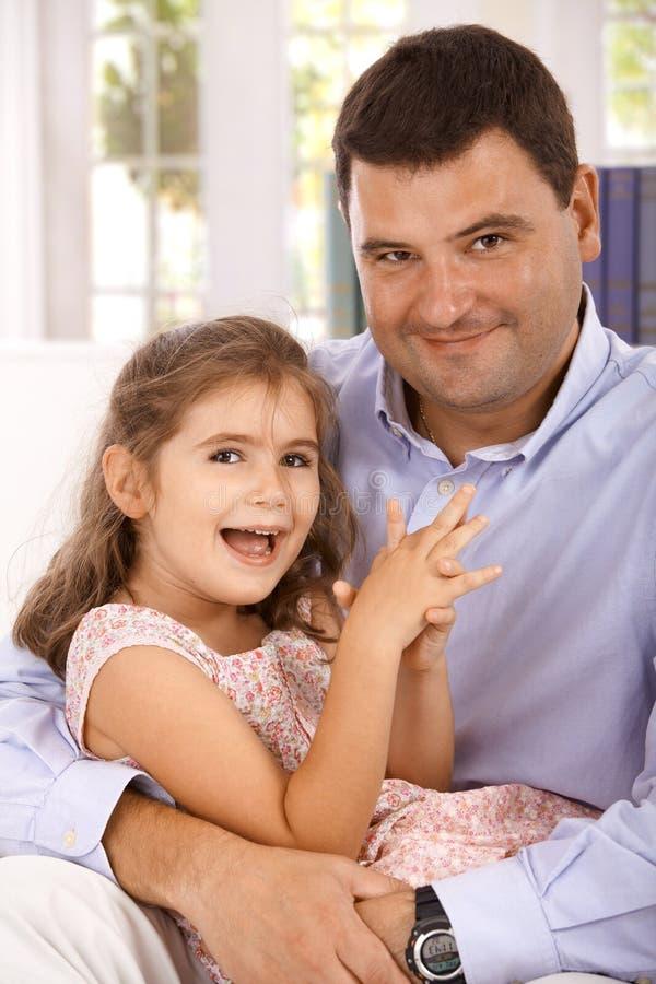 Verticale du sourire de père et de descendant photo libre de droits