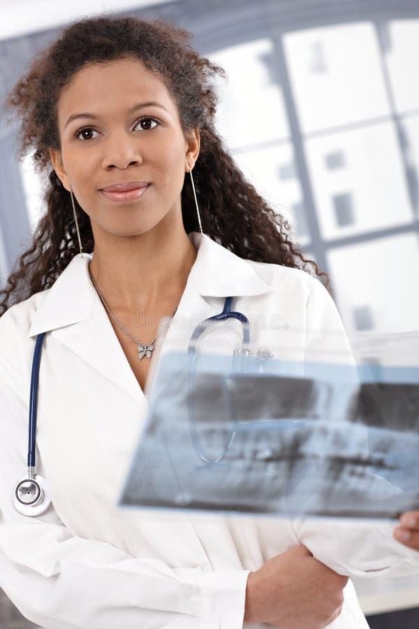 Verticale du sourire femelle attrayant de docteur images libres de droits