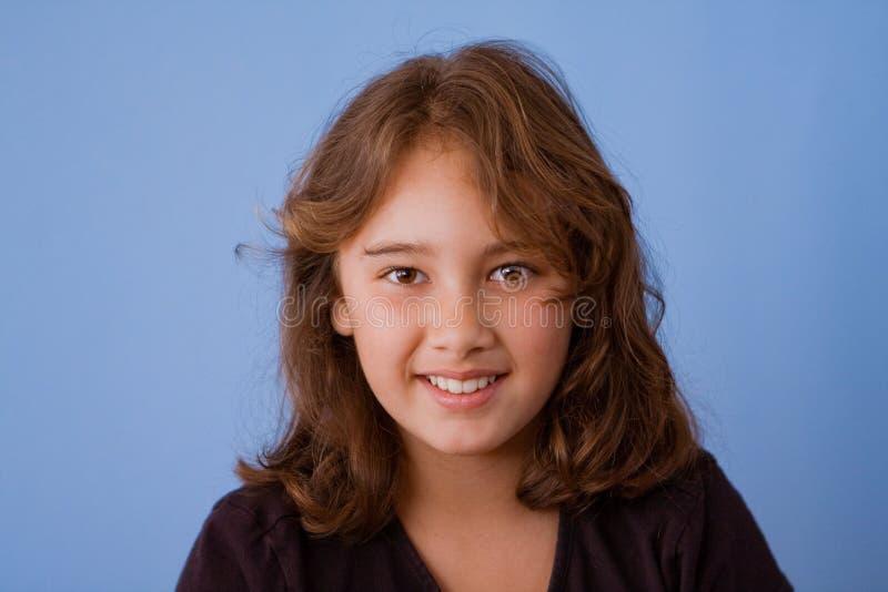 Verticale du sourire, jolie fille de 10 ans image stock
