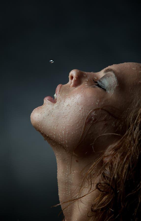 Verticale du visage d'une fille qui écoulements d'eau photo stock