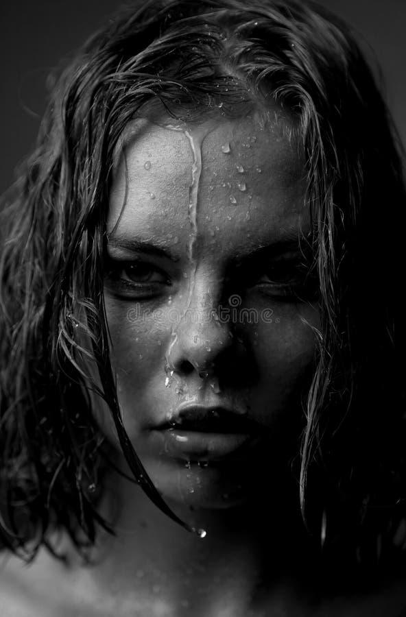 Verticale du visage d'une fille qui écoulements d'eau images libres de droits