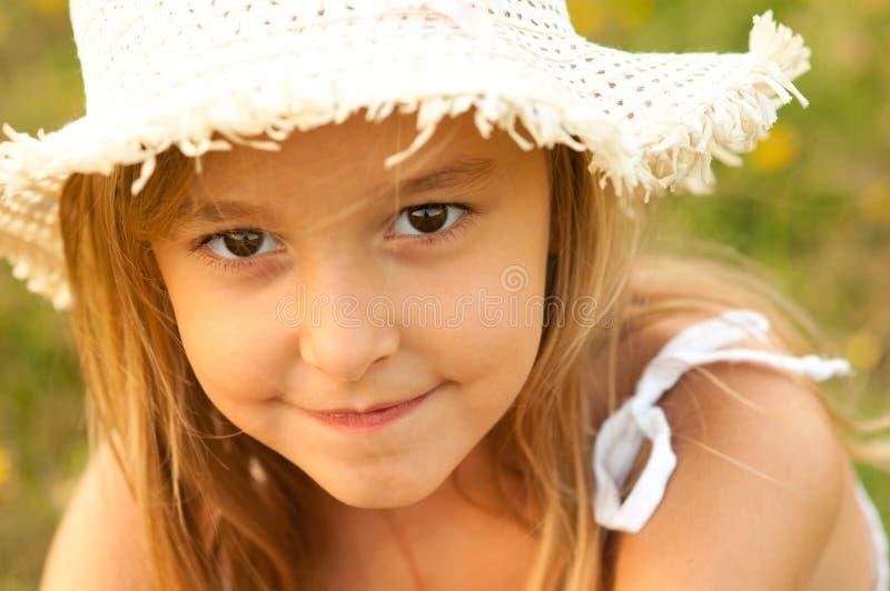 Verticale extérieure d'adolescente mignonne photographie stock