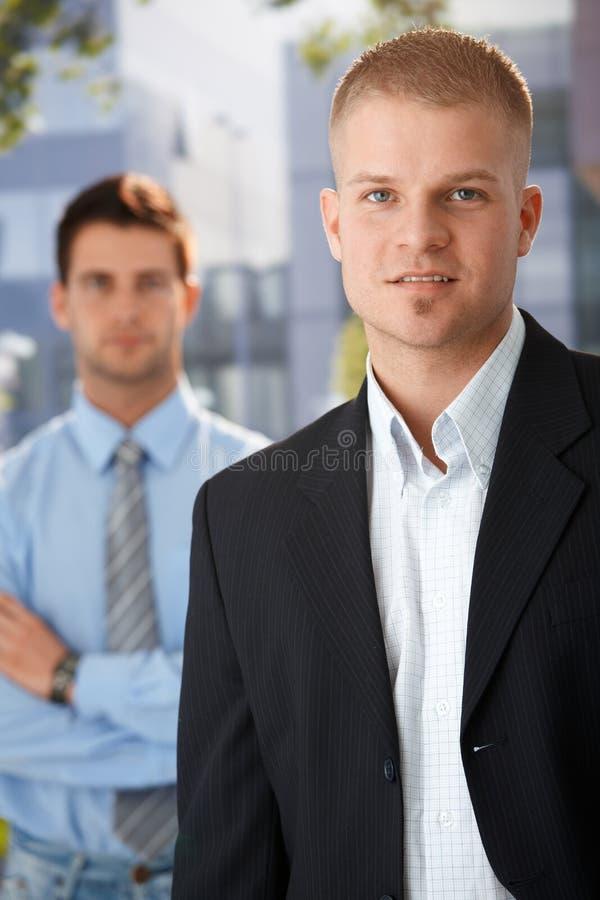 Verticale extérieure d'homme d'affaires bel photos stock
