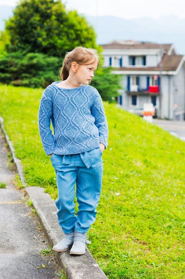 Verticale extérieure d'une petite fille mignonne photo stock